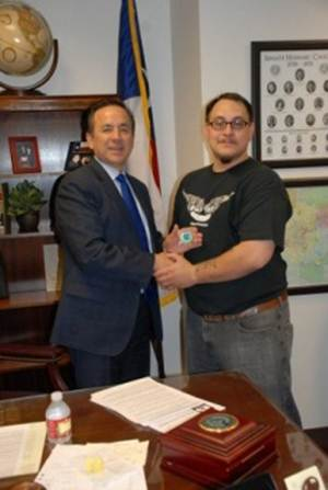 Sen. Uresti receives a PAC Veterans Affairs coin from Vincent Garcia, PAC Student Veterans Organization secretary.